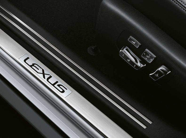 Dettaglio battitacco della portiera anteriore destra con logo Lexus nero