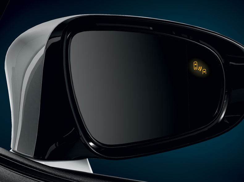 Dettaglio specchietto retrovisore esterno destro con sensore sistema pre crash attivo