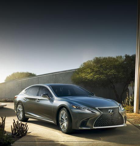 Vista frontale diagonale delle Nuova LS grigio scuro dal design innovativo e Lexus multi stage hybrid system