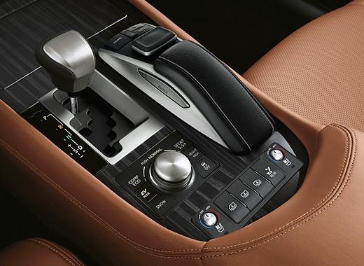 Lexus LS Luxury Plancia comandi centrale con rivestimenti topaz brown e dettaglio cambio automatico e remote touch