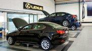 Vista laterale di due Lexus in riparazione in un 039 officina