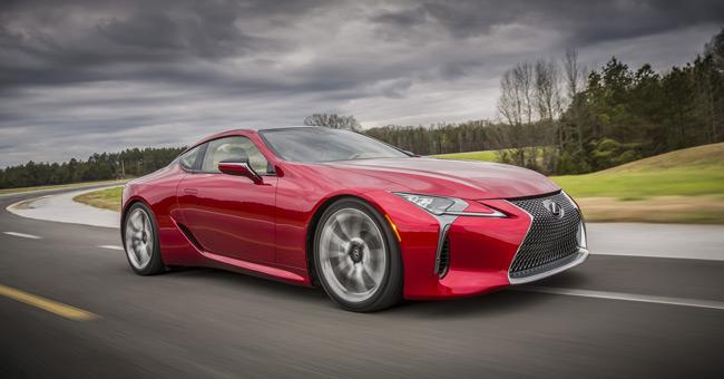nuova LC rosso brillante su circuito sportivo