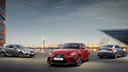 Tre auto Lexus IS GS e LS Hybrd percorrono una strada urbana