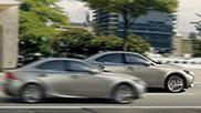 Vista laterale dell intera gamma Lexus colore argento in città
