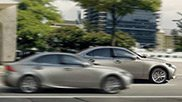 Vista laterale di due Lexus IS Hybrid colore argento in città