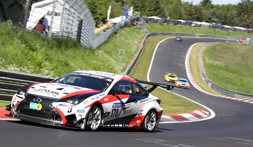 Lexus RC in assetto da gara affronta una curva del circuito del Nürburgring