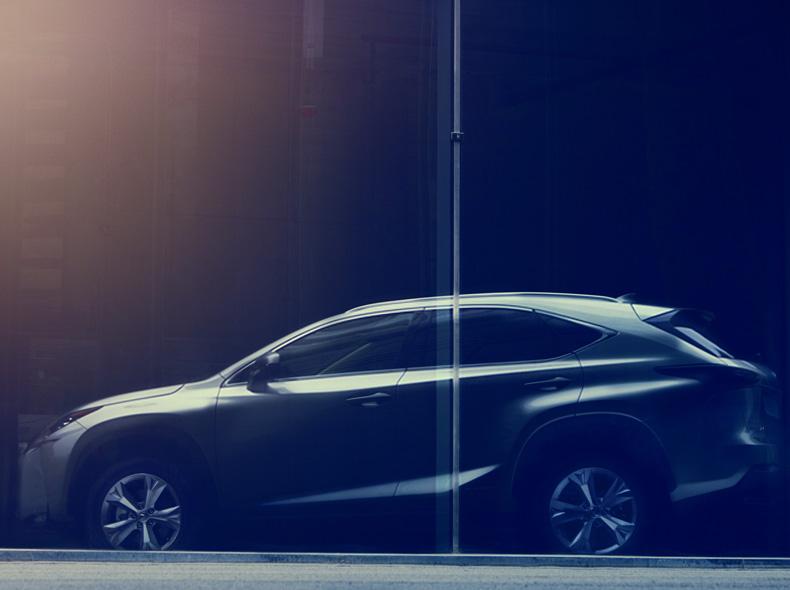 Lexus NX Hybrid vista laterale della versione Luxury