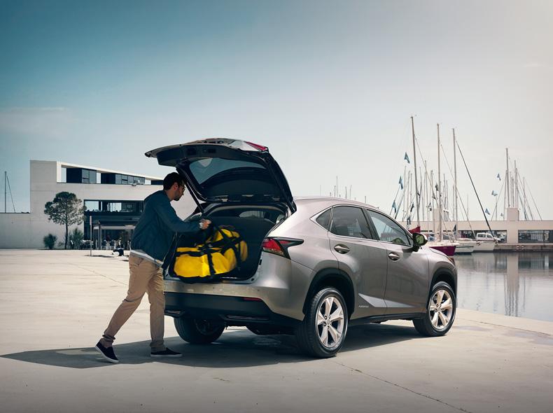 L ampio bagagliaio di Lexus NX Hybrid versione Luxury