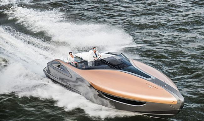 Il prototipo Sport Yacht di Lexus naviga ad alta velocità in mare aperto