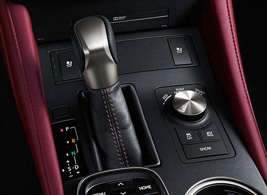 Interno della plancia comandi centrale della Lexus RC Hybrid F SPORT