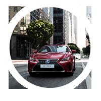 Vista frontale della RC Hybrid rossa in una strada urbana