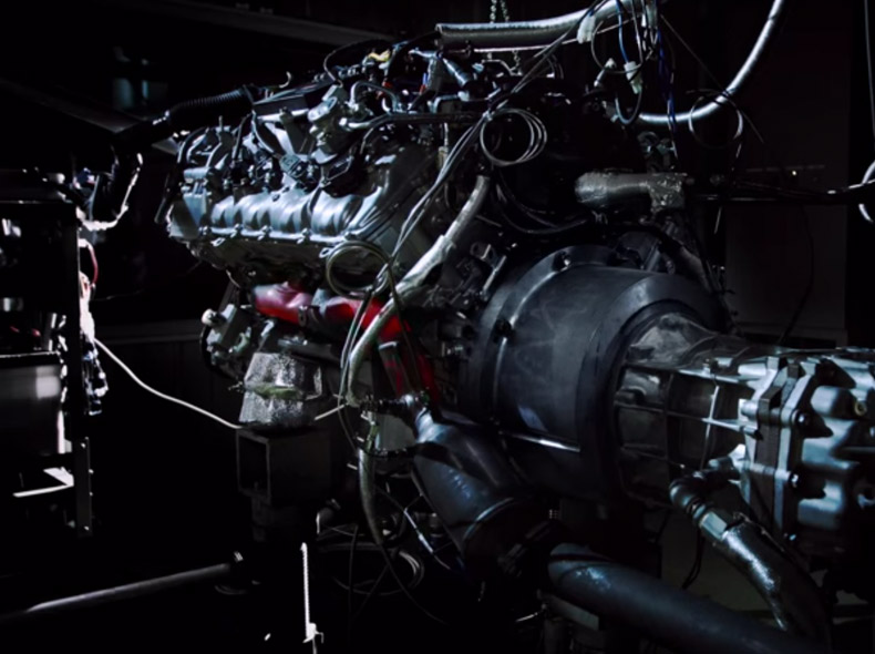 Dettaglio del motore e del sistema di trasmissione della RC F