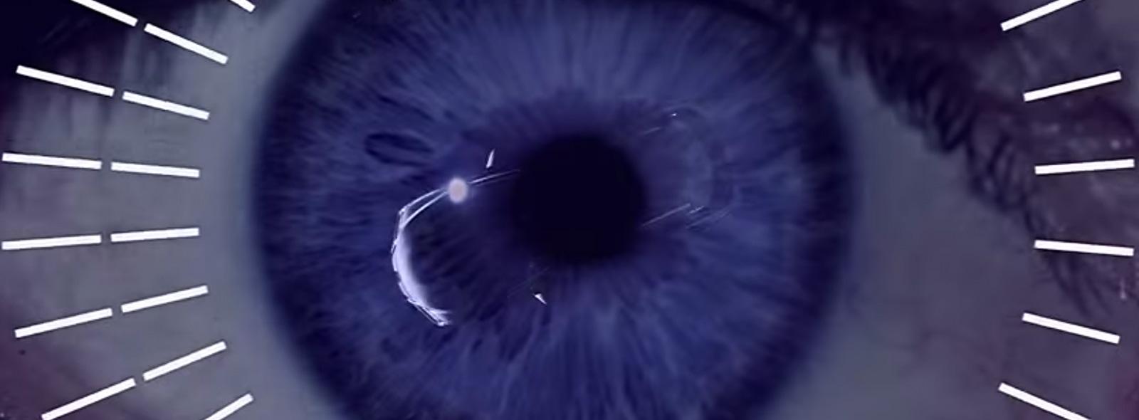 Al centro di una pupilla colore blu è visibile un RX Hybrid blu