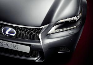 Vista frontale dall alto di una Lexus F SPORT grigio chiaro