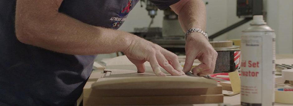 Uomo che costruisce l hoverboard e dettaglio mani all opera