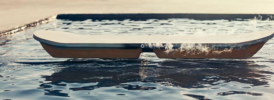 Vista laterale dell hoverboard che lievita sull acqua