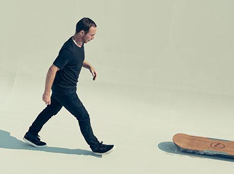 Vista dall alto di un ragazzo mentre si accinge a salire sull hoverboard