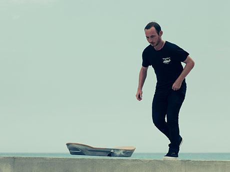 Ragazzo mentre si accinge a salire sull hoverboard