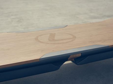 Dettaglio logo Lexus su hoverboard in legno chiaro