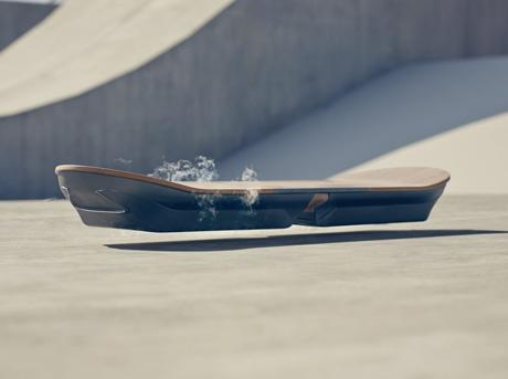 Vista diagonale dell hoverboard e sullo sfondo pavimento beige
