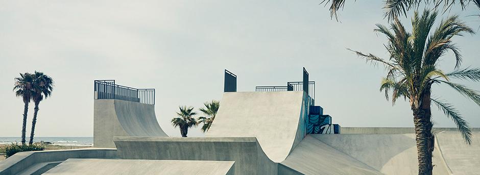 Vista della rampa per praticare skating con palme e cielo sereno