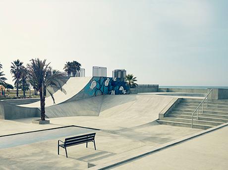 Struttura per praticare skating con palma e panchina e sullo sfondo cielo sereno