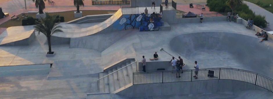 Vista dall alto della struttura per praticare skating con palma e ragazzi