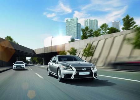 LS Hybrid colore argento in movimento su strada e sfondo grattacieli e cielo sereno