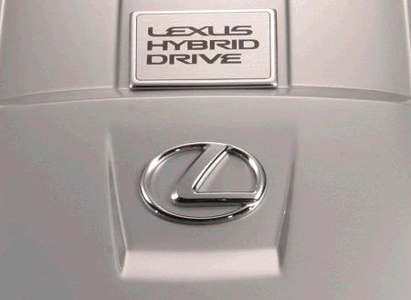 Lexus Hybrid Drive e logo Lexus su esterni vettura grigi