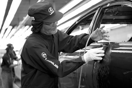 Meccanico Lexus mentre lavora sull esterno dell auto