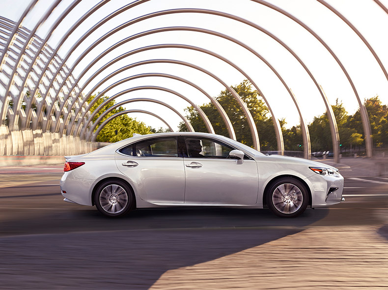 Новый седан премиум класса Lexus ES 200 вид сбоку