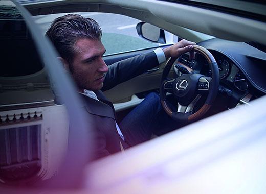 Седан премиум класса с бензиновым двигателем Lexus ES 250 вид сбоку на водителя