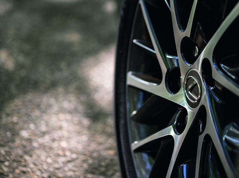 Семнадцатидюймовые литые диски премиального бизнес седана Lexus ES 350