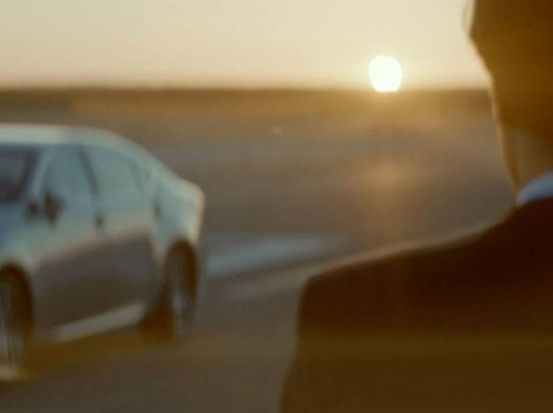 Новый Lexus ES 200 с бензиновым двигателем вид сбоку