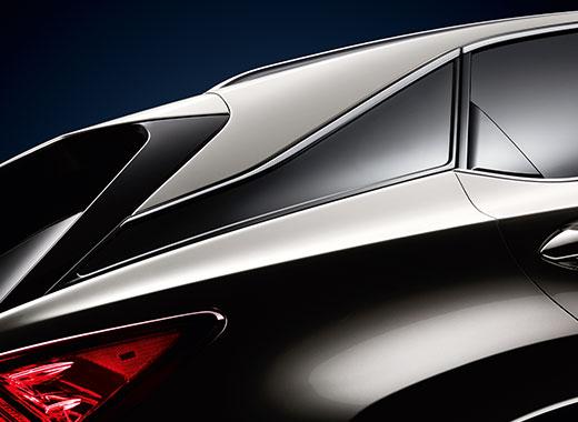 Задние стойки которые создают эффект парящей крыши кроссовера Lexus RX 200 t