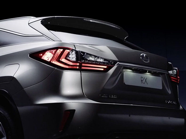 Задний бампер нового Lexus RX 450h вид сзади