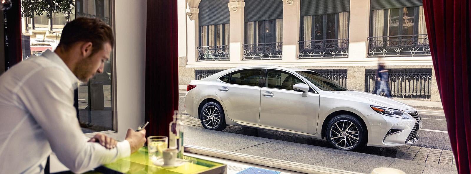 Новый Lexus ES 200 с высокоэкономичным бензиновым двигателем вид сбоку