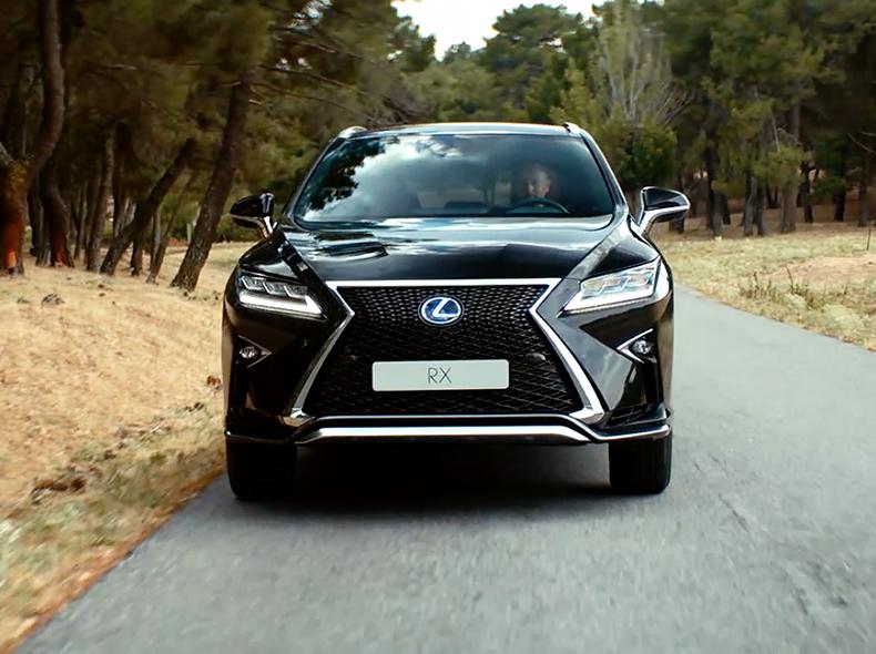 Новый Lexus RX черного цвета вид спереди