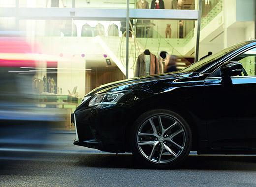 L avant d une Lexus CT 200h noire