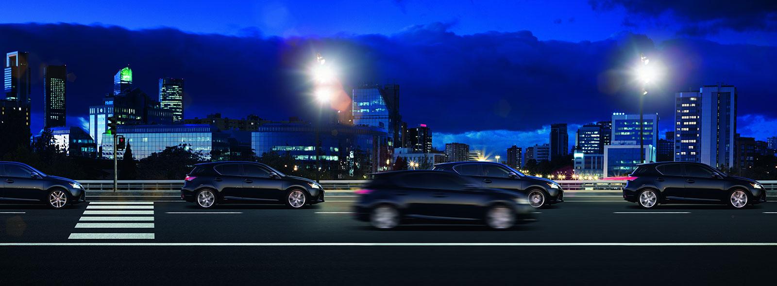 Lexus CT 200h sur la route durant la nuit