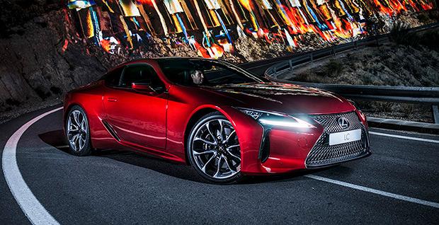 De voorkant van een rode Lexus IS 300h F Sport