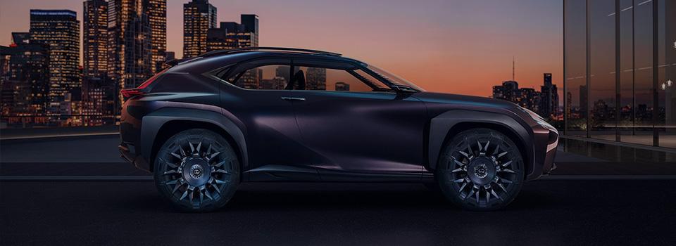 Zijaanzicht stilstaande bruine Lexus UX Concept video
