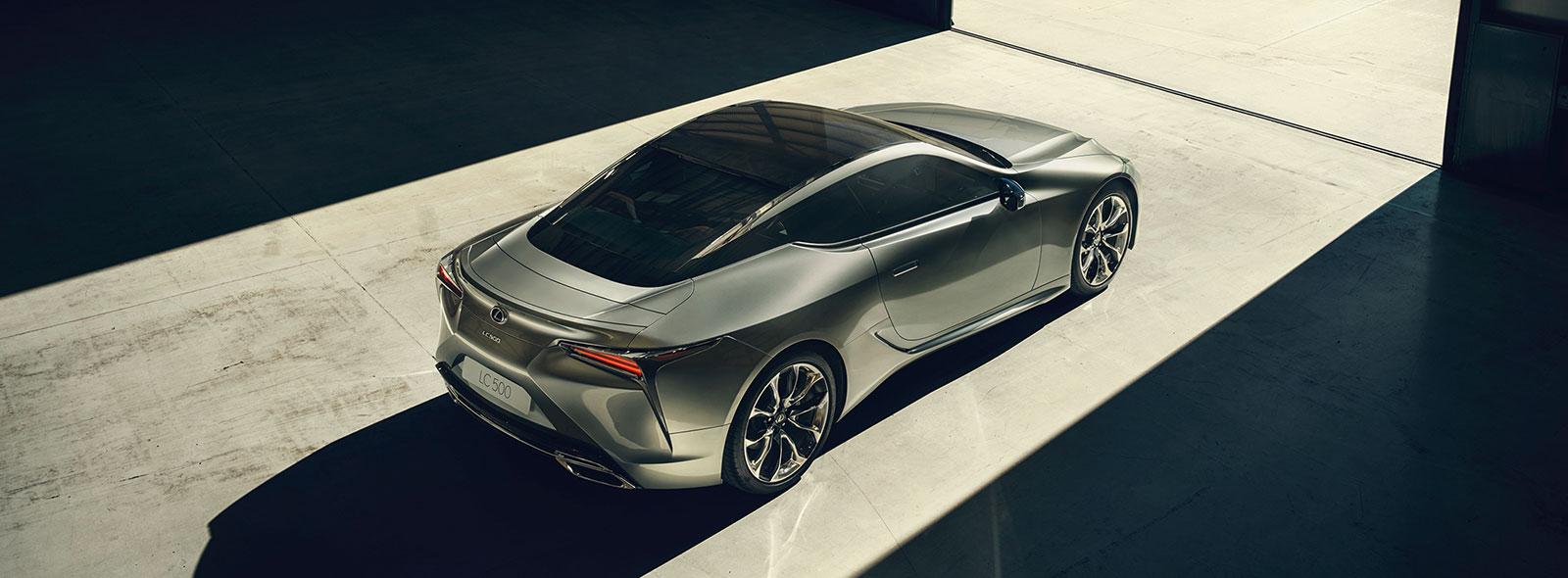 Bovenkant van een grijze Lexus LC 500