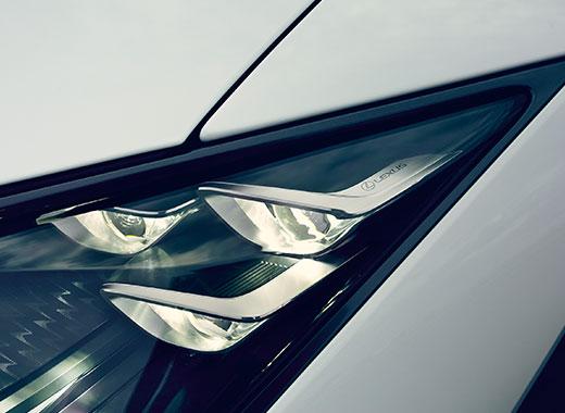 Koplamp van een grijze Lexus LC 500
