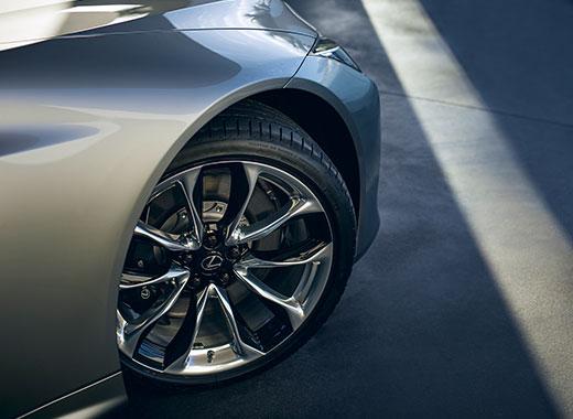 Het voorwiel van een grijze Lexus LC 500