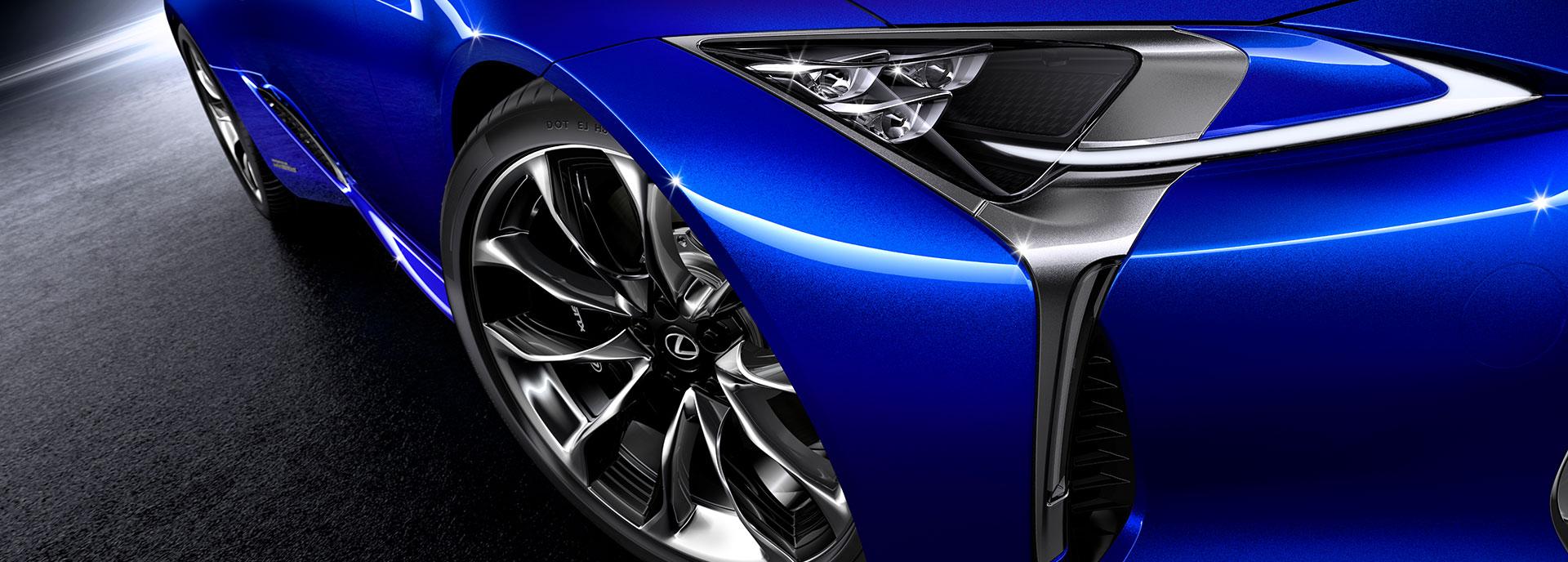 koplamp van een blauwe Lexus LC 500h