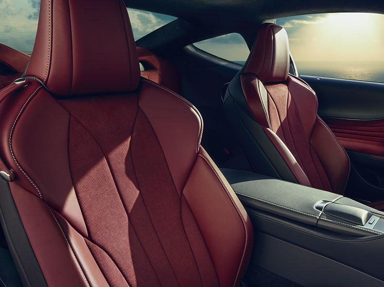 Het interieur van een Lexus LC 500h met lederen bekleding