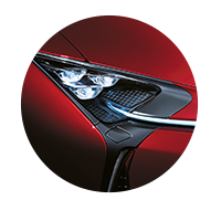 De koplamp van een rode Lexus LC 500h