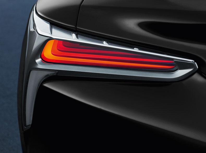 Achterlicht van een zwarte Lexus LC 500h