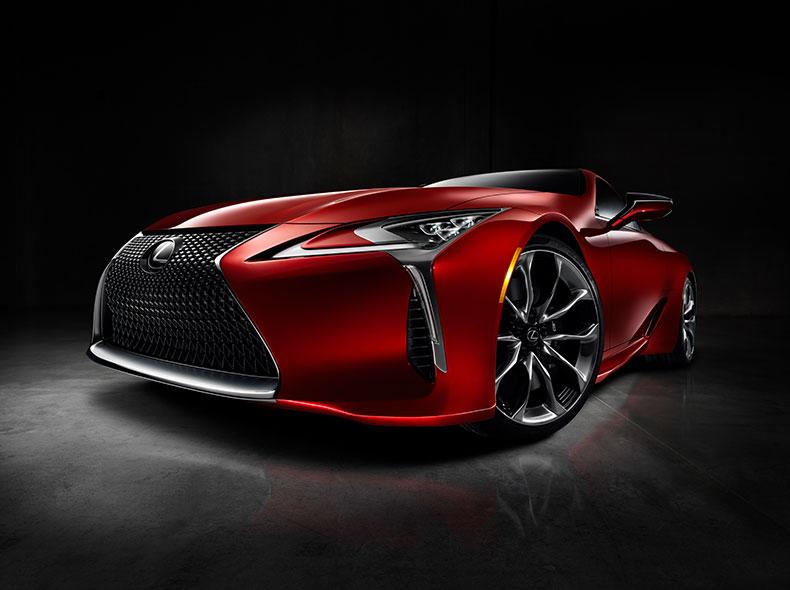 Vooraanzicht van een stilstaande rode Lexus LC 500h
